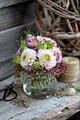 Strauß aus Chrysanthemen, Holunderbeeren und Jungfer im Grünen