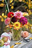 Herbstlicher Strauß aus Dahlien und Hagebutten