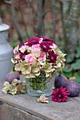 Herbststrauß aus Chrysanthemen, Rosen und Hortensienblüten