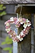 Herzförmiger Kranz aus Blüten von Fetthenne und Hortensie