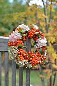Kranz aus Vogelbeeren, Hortensienblüten und Hagebutten