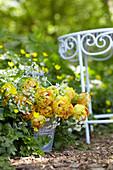 Strauß aus gefüllten Crispa-Tulpen und Wiesenkümmel