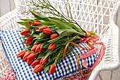 Strauß aus orangefarbenen Tulpen