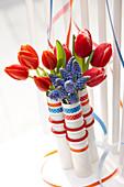 Party-Dekoration aus Tulpen und Traubenhyazinthen