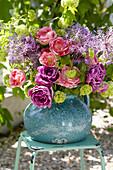 Strauß aus Tulpen, Zierlauch und Schneeball