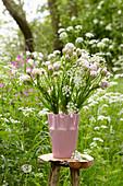 Strauß aus mehrblütigen Tulpen und Wiesenkümmel
