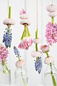 Dekoration mit Hyazinthen, Traubenhyazinthen, Tulpe und Ranunkel