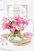 Pinkfarbener Strauß aus Ranunkeln, Tulpen, Hyazinthen und Schleierkraut