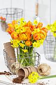 Gelb-orangefarbener Frühlingsstrauß mit Tulpen und Narzissen