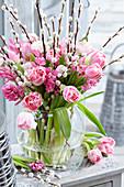 Strauß aus Tulpen, Ranunkeln und Weidenkätzchen