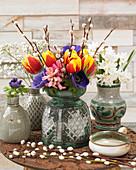 Bunter Frühlingsstrauß aus Tulpen, Anemonen, Hyazinthe und Weidenkätzchen