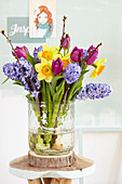 Frühlingsstrauß mit Hyazinthen, Tulpen und Narzissen