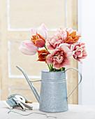 Tulpenstrauß in Gießkanne