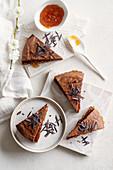 Schokoladenkuchen mit Aprikosenmarmelade
