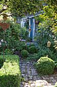 Blick auf verstecktes Gartenhaus