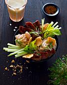 Bowl mit Thunfisch, Bohnenpüree, Staudensellerie und Crackern