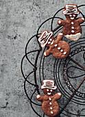 Schoko-Honigkuchenmänner auf Abkühlgitter
