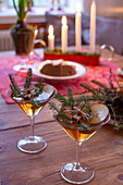 Zwei weihnachtlich dekorierte Cocktails auf rustikalem Holztisch