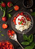 Baisernest mit Sahne, Erdbeeren, Minze und schwarzem Pfeffer