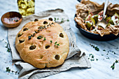 Focaccia mit Oliven und Thymian