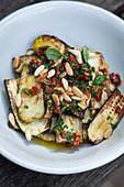Gebratene Zucchini mit Basilikum und Pinienkernen