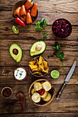 Tortillachips mit Maiskolben, Sauerrahm, Avocado, Kidneybohnen und Minipaprika (Mexiko)