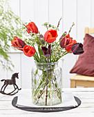 Gemischter Tulpenstrauß mit Wiesenkerbel und Weidenzweigen