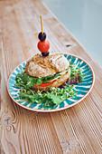 Vegetarisches Sandwich mit Tomaten, Zwiebeln, Salat, Oliven und Kirschtomaten