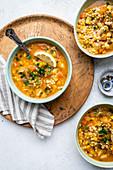 Hähnchen-Gemüse-Suppe mit Zitrone