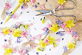 Frühlings-Kollage aus Blüten von Narzisse, Hyazinthe und Blausternchen