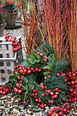 Winterkranz aus Kiefer, Zieräpfeln und Efeu