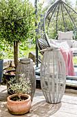 Terrasse mit Windlichtern, Olivenbaum und Hängesessel