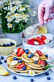 Pancakes mit Sommerbeeren, Bananen und Honig