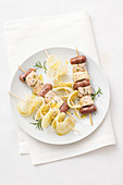 Turkey and sausage skewers with potato chips