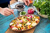 Nachos mit Gemüse, Cheddar, Kimchi und Majo