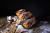 Sizilianische Cannoli mit Ricottacremefüllung und Mandeln (Italien)
