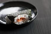 Angebissenes Onigiri gefüllt mit Lachs (Japan)