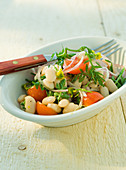 Bean salad with tomatoes and rocket