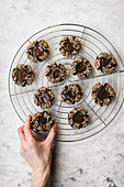 Mehllose Chocolate Thumbprint Cookies mit Tahini auf Abkühlgitter