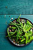 Salat mit grünen Bohnen, Zuckerschoten und Haselnüssen