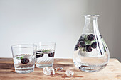 Flavoured Water aromatisiert mit Brombeeren und Salbei