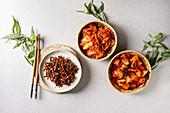 Fermentierter Kohl, Radieschen und Fisch in Schälchen (Korea)