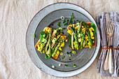 Veganer Frühstückstoast mit Tofu-Rührei, Spinat und grünem Spargel