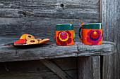 DIY-Tassenwärmer aus Filz mit farbenfrohen Blütenmotiven