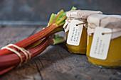Rhabarber-Aprikosen-Marmelade mit Vanille in Gläsern