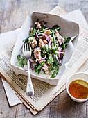 Thunfischsalat mit Bohnen und roten Zwiebeln in Pappbox
