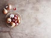 Stilleben mit Knoblauch und verschiedenen Zwiebelsorten