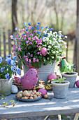 Vergißmeinnicht - Trio in weiß, rosafarben und blau, österlich dekoriert mit Osterei, Blechhühnchen und Steckzwiebeln