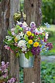 Bunter Frühlingsstrauß aus Flieder, Apfelblüten, Traubenkirsche, Löwenzahn und Gedenkemein