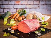 Rindfleisch (Semerrolle, Schwanzstück aus der Keule) und Gemüse